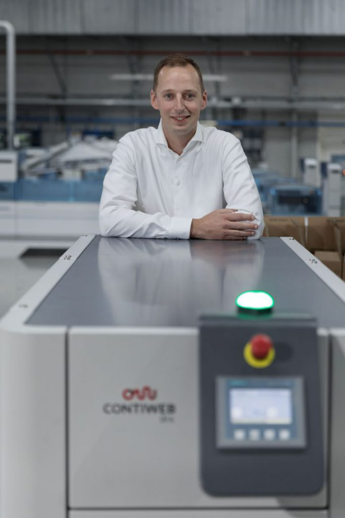 Rik Thijssen, Operation Manager at Printforce, with the Contiweb Digital Fluid Applicator.